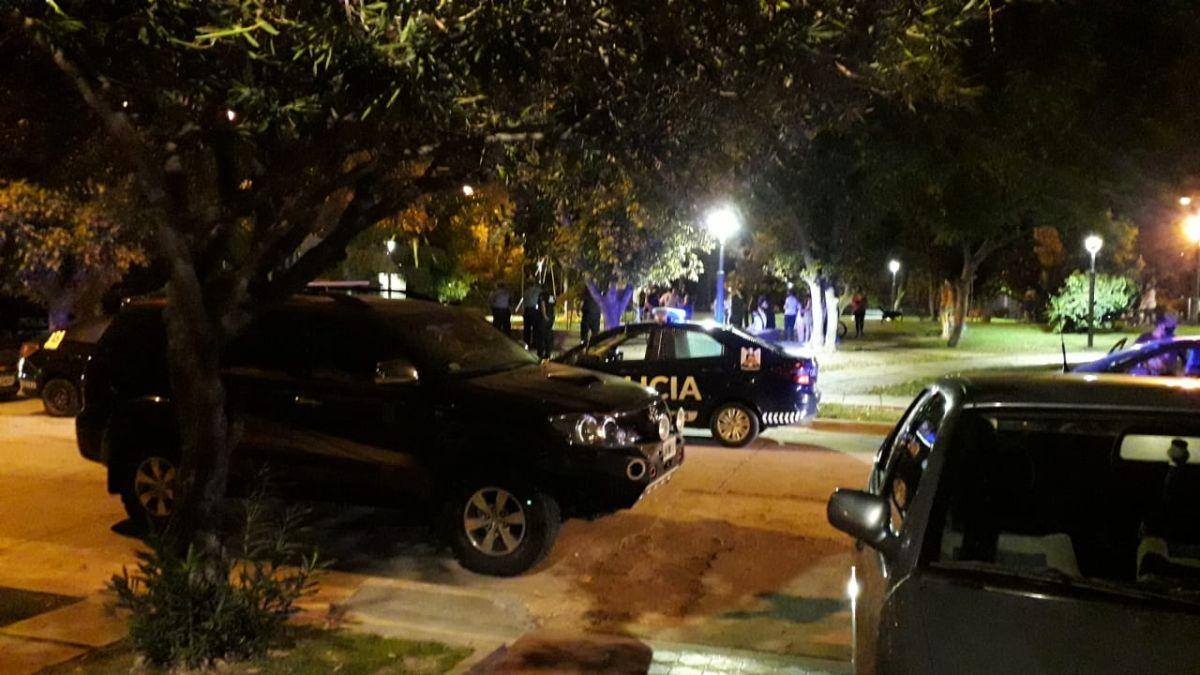 Mucha conmoción causó entre los vecinos de la plaza Pascual Pérez la presencia de policías