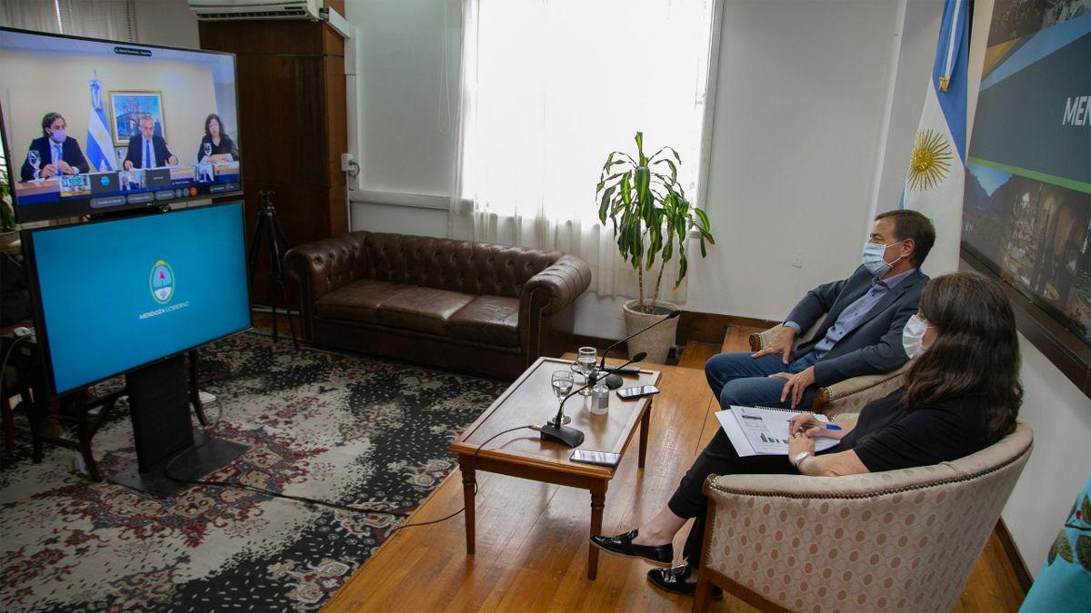 El gobernador Suarez y la ministra Nadal en un momento de la videoconferencia con el Presidente de la Nación