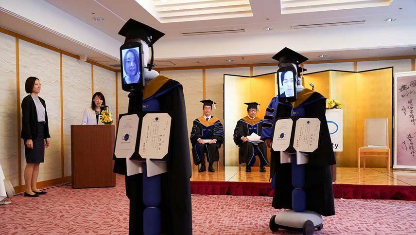 Coronavirus: estudiantes fueron reemplazados por robots para recibir su diploma en la graduación
