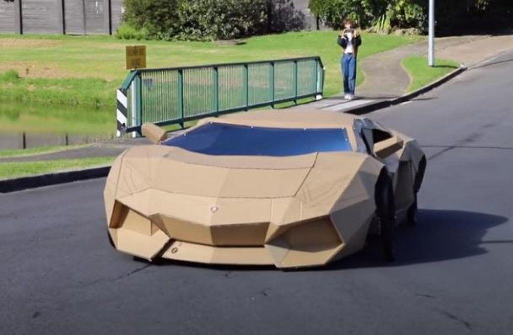 Donó el dinero. Video: creó un Lamborghini de cartón y lo vendió a 10.000 dólares .