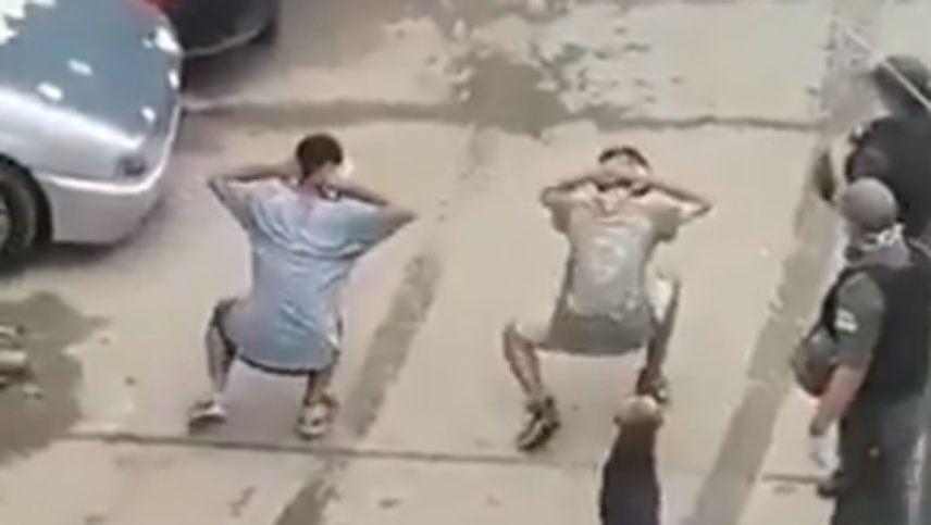 Coronavirus: separan a tres gendarmes por bailar a dos jóvenes que violaron la cuarentena en la villa 1-11-14