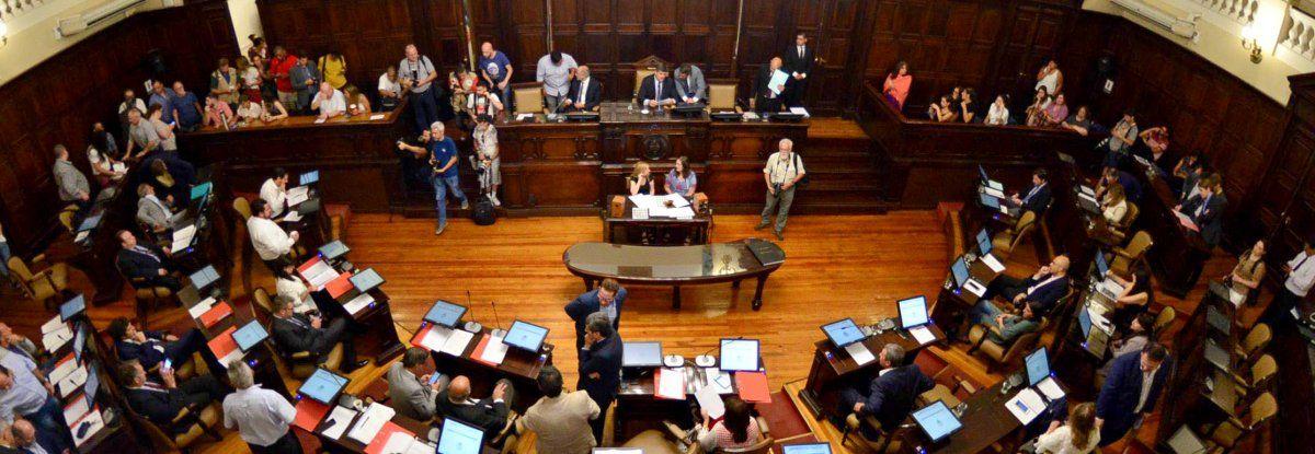 El femicidio de Florencia Romano y el reclamo de Justicia por el crimen tensó el clima político en la Legislatura. La oposición se niega a tratar cualquier tema si no acuden a dar explicaciones el ministro de Seguridad y el Jefe de la Policía.
