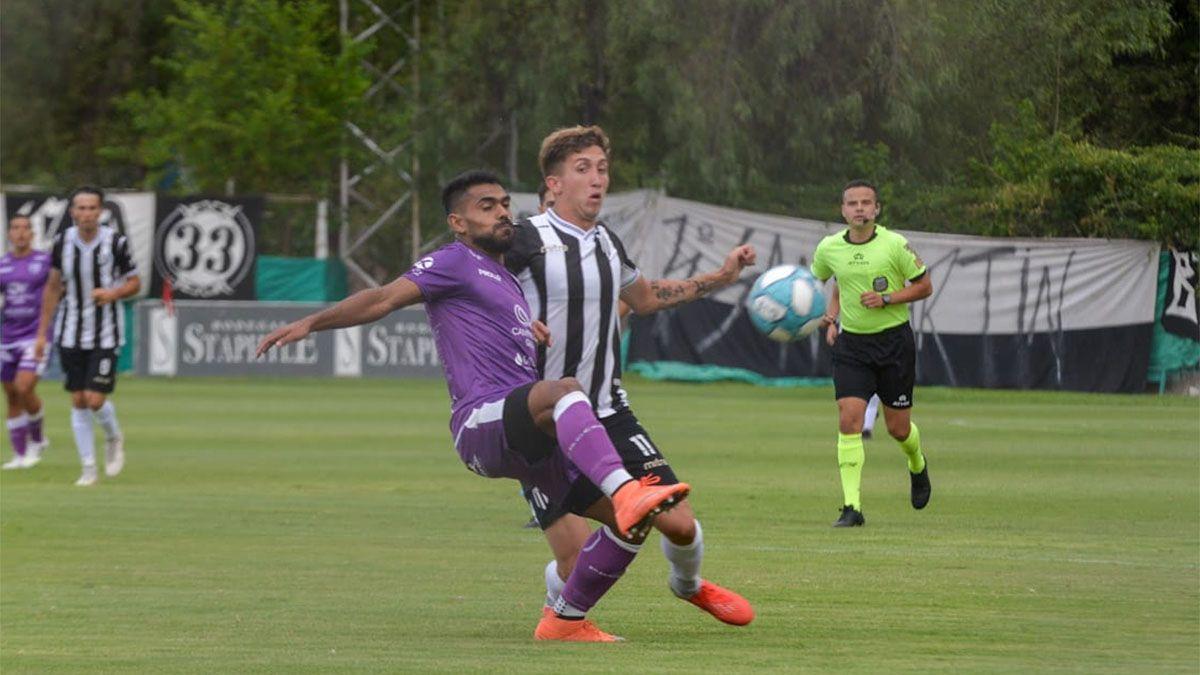 Tadeo Marchiori es marcador por un jugador de Dálmine. Fotos: Martín Pravata/Diario UNO.