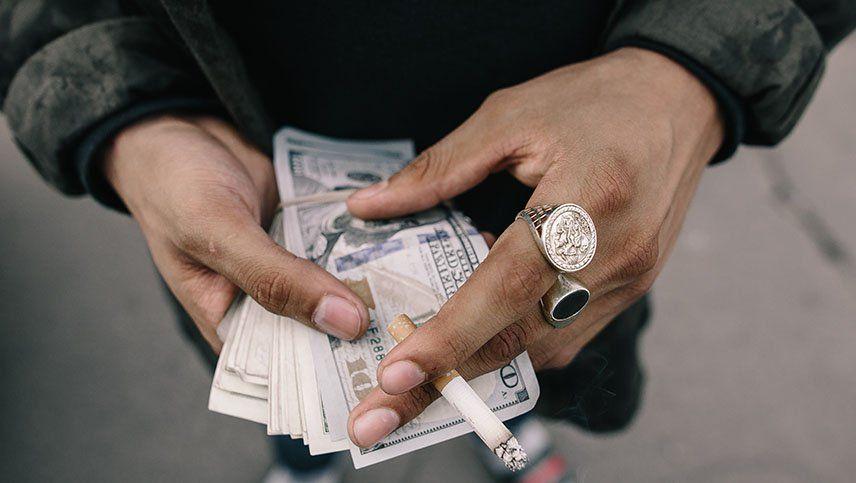 El dólar blue bajó $4 y cerró la jornada a $124