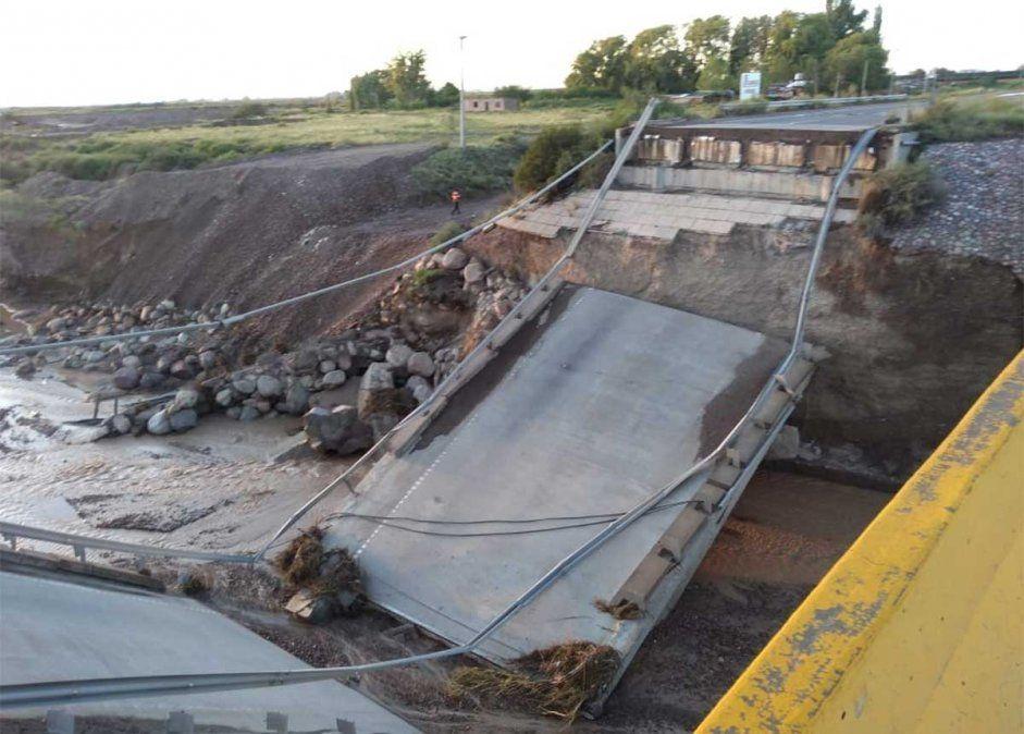 Hasta enero se realizaron obras sobre el cauce del arroyo Los Pozos para proteger el puente que finalmente colapsó en la madrugada del sábado. Ahora se demolerá.