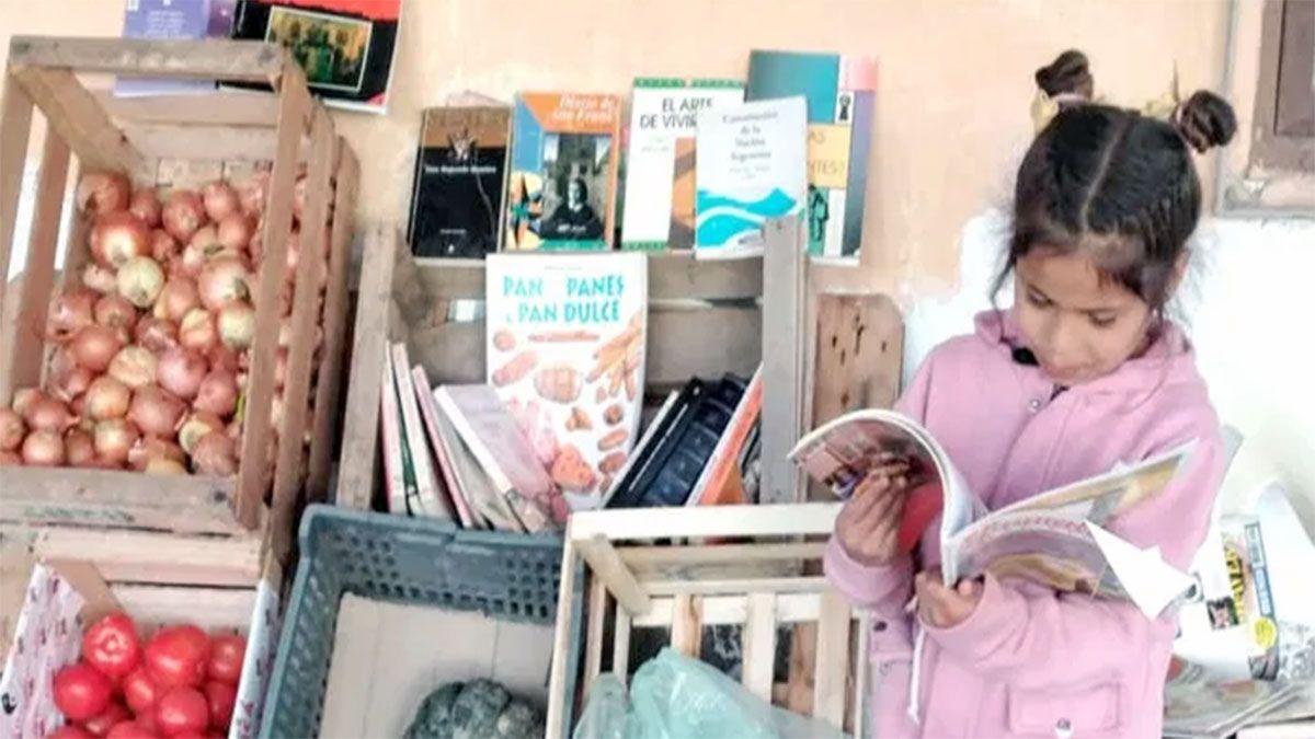 Dos jóvenes pusieron una novedosa verdulería que pesta libros gratis