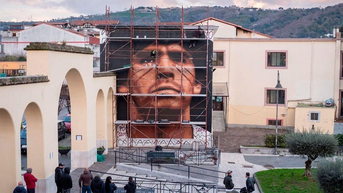 Maradona recibió otro homenaje en Nápoles en forma de retrato.