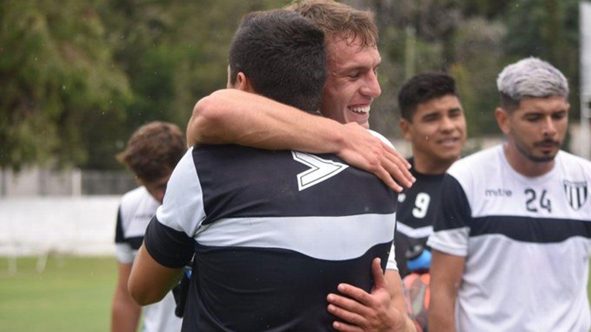 Alferez con emoción abraza a Paolo Olivera