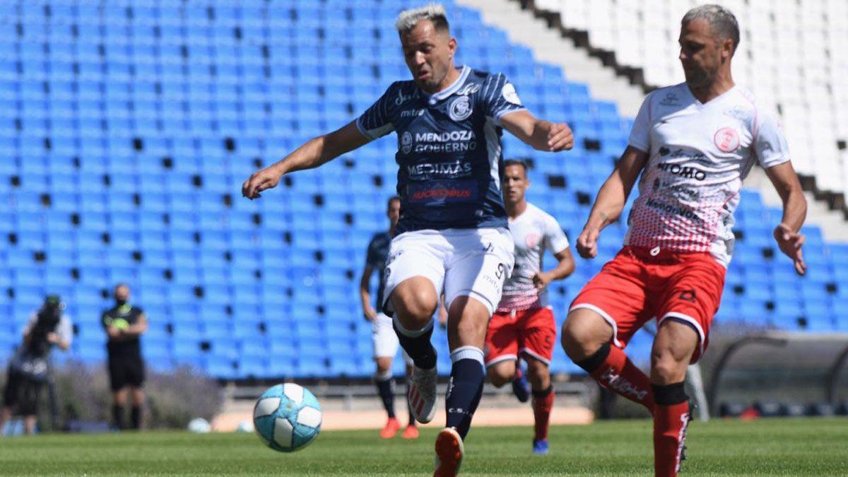 El defensor corre en el ensayo ante Independiente Rivadavia