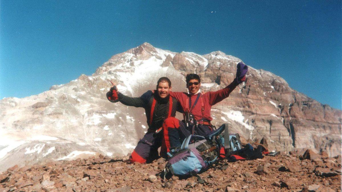 Camilo Uvilla junto a Carlos Cirrincione en la cumbre del Cerro Cuerno