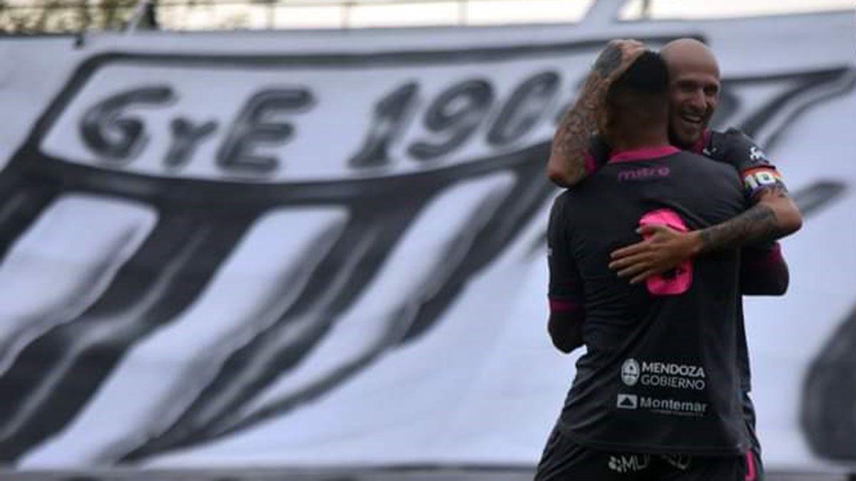 Cristian Llama y Ramón Lentini festejando un gol del Lobo.