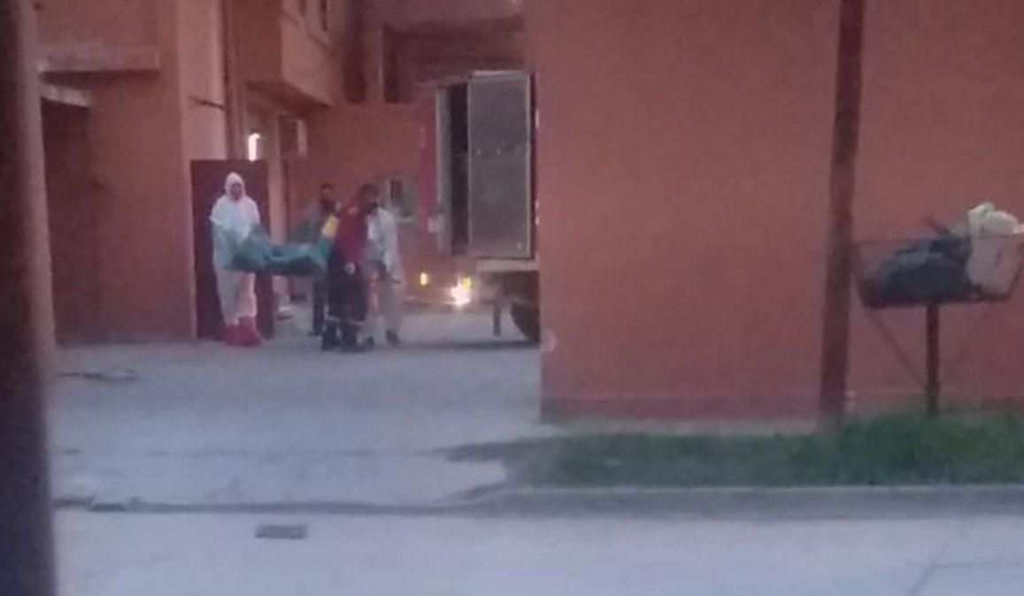 Personal de policía científica de Salta retiran el cuerpo sin vida del hombre del hotel albergue