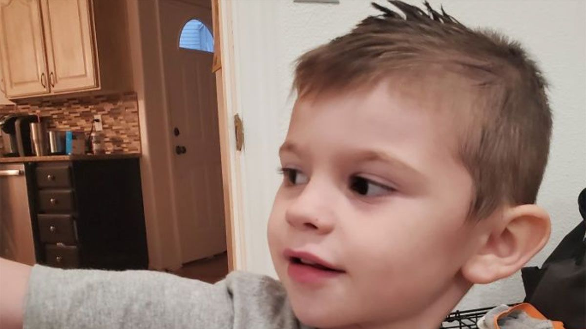 Kache Wallis, el niño de cuatro años que murió asfixiado en el baúl de sus juguetes.
