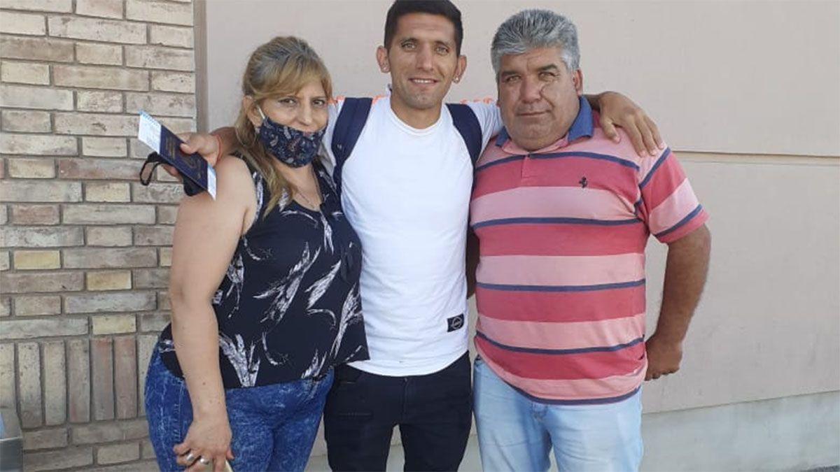 Claudio Ulloa sonríe con sus padres