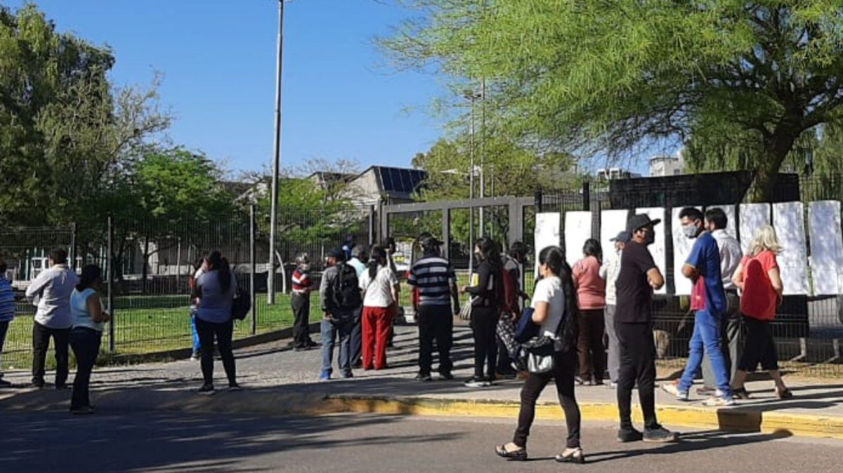 En la mesa electoral ubicada en la Nave Cultural de la Cuarta Sección de la capital de Mendoza ya se vota este domingo con total tranquilidad para las elecciones generales de Bolivia (Foto: Gentileza)