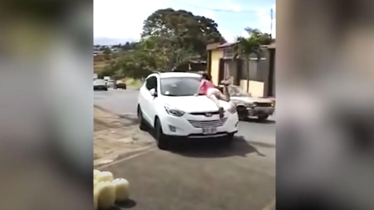 Captura de video. La mujer se subió al capot porque su marido estaba con la amante.