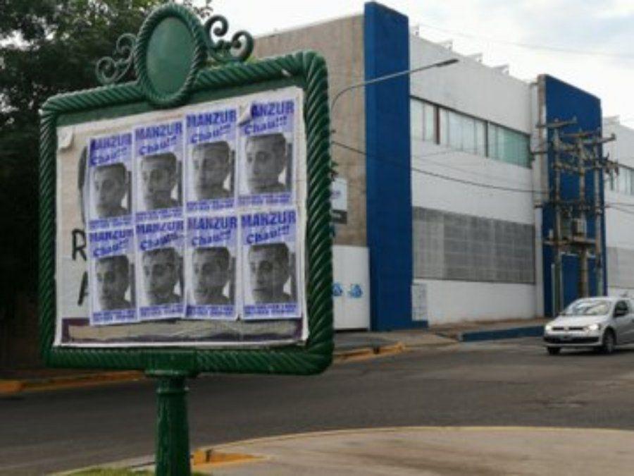 También hubo afiches en la sede del Tomba.