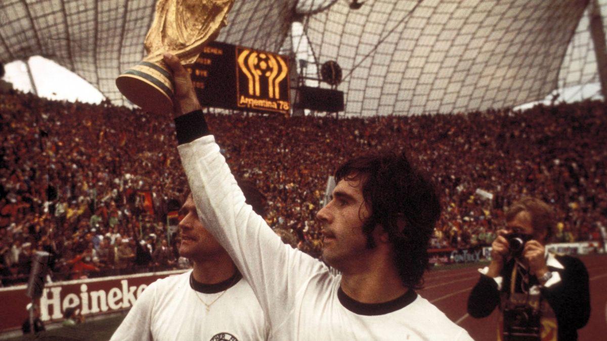 Gerd Müller con la copa del Mundial 74.