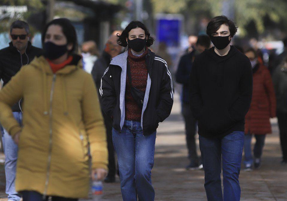 Más gente en las calles de Buenos Aires a pesar de que la pandemia de coronavirus no da tregua.