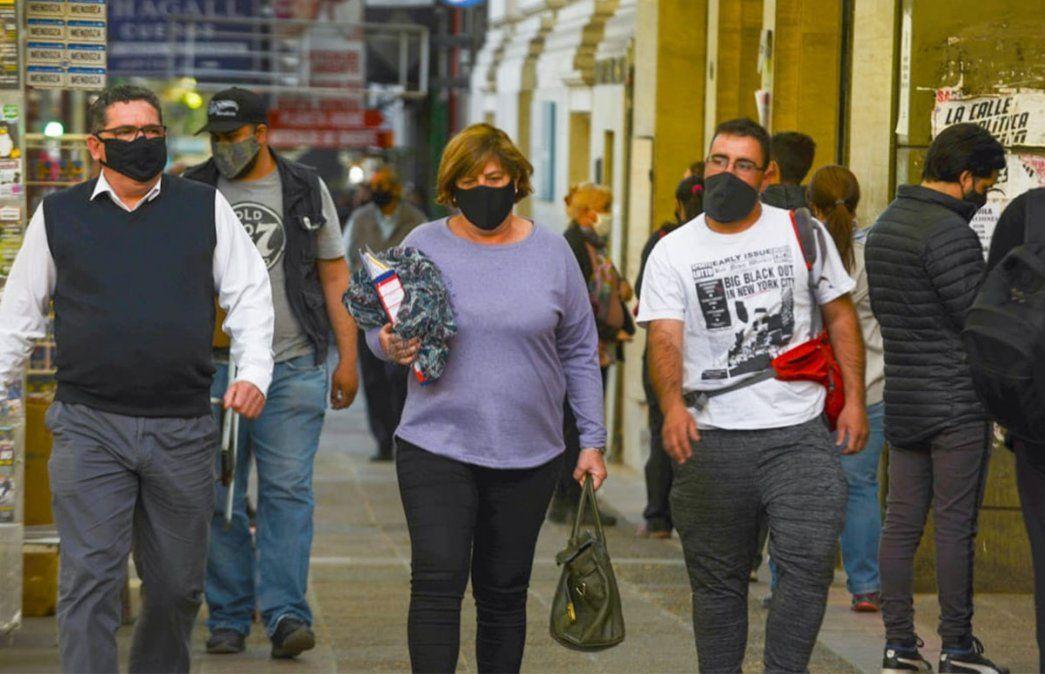 Primer viernes de circulación sin restricciones de DNI en Mendoza. El centro presentaba su movimiento habitual similar a la época pre pandemia. Foto: Martín Pravata / Diario UNO.