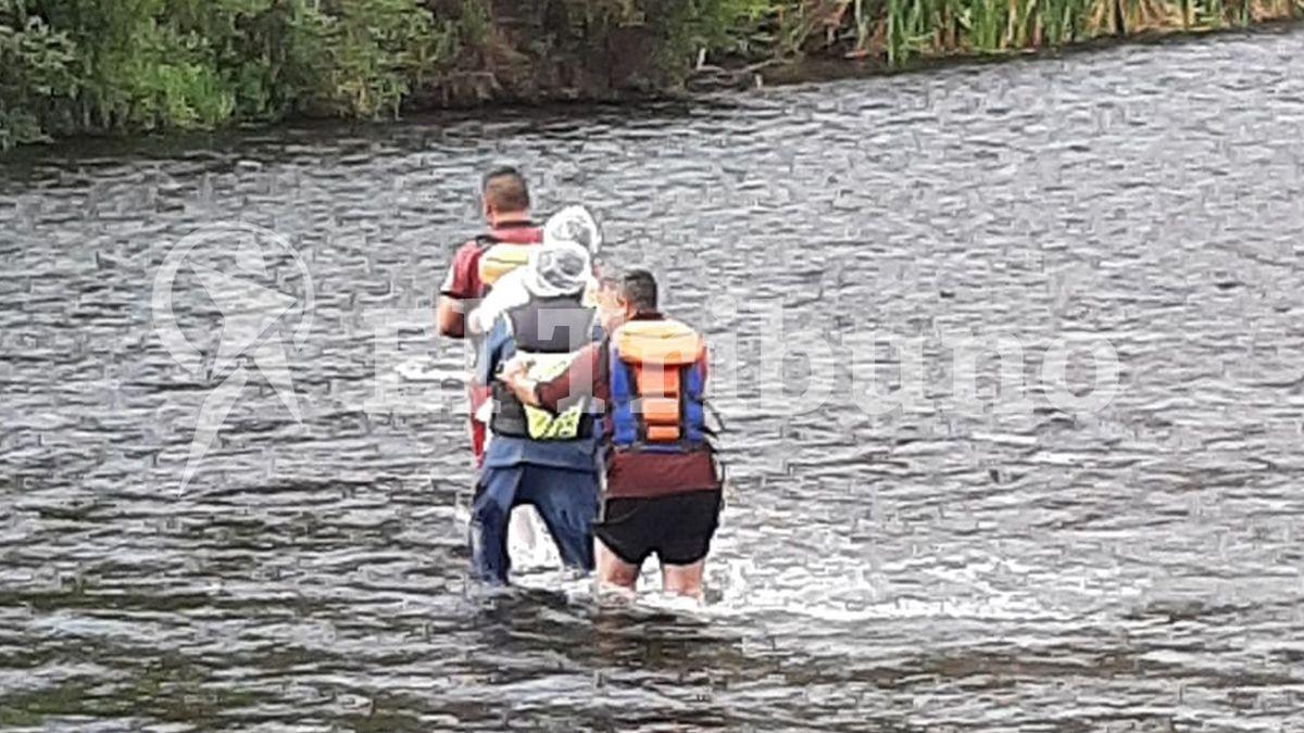 Imagen de rescatistas vadeando el río al que se precipitó la aeronave de Brito.