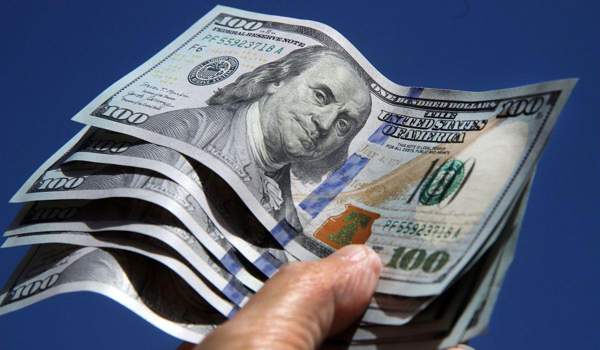 Dólar: quiénes pueden comprar en Argentina y quiénes no, según el BCRA. Qué operaciones están alcanzadas por el 35%. A cuánto cotizan el dólar ahorro y el blue.