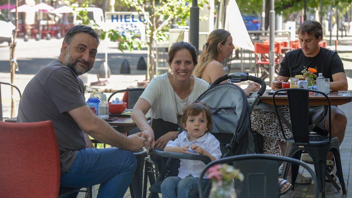 La familia Stralla desayunó en un bar del centro mendocino celebrando el Día de la Madre. Gabi