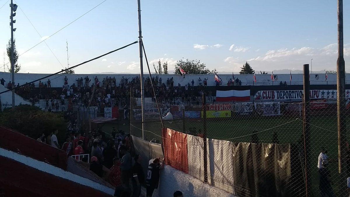 Los simpatizantes de Maipú cuando terminó el partido festejaron en las tribunas.