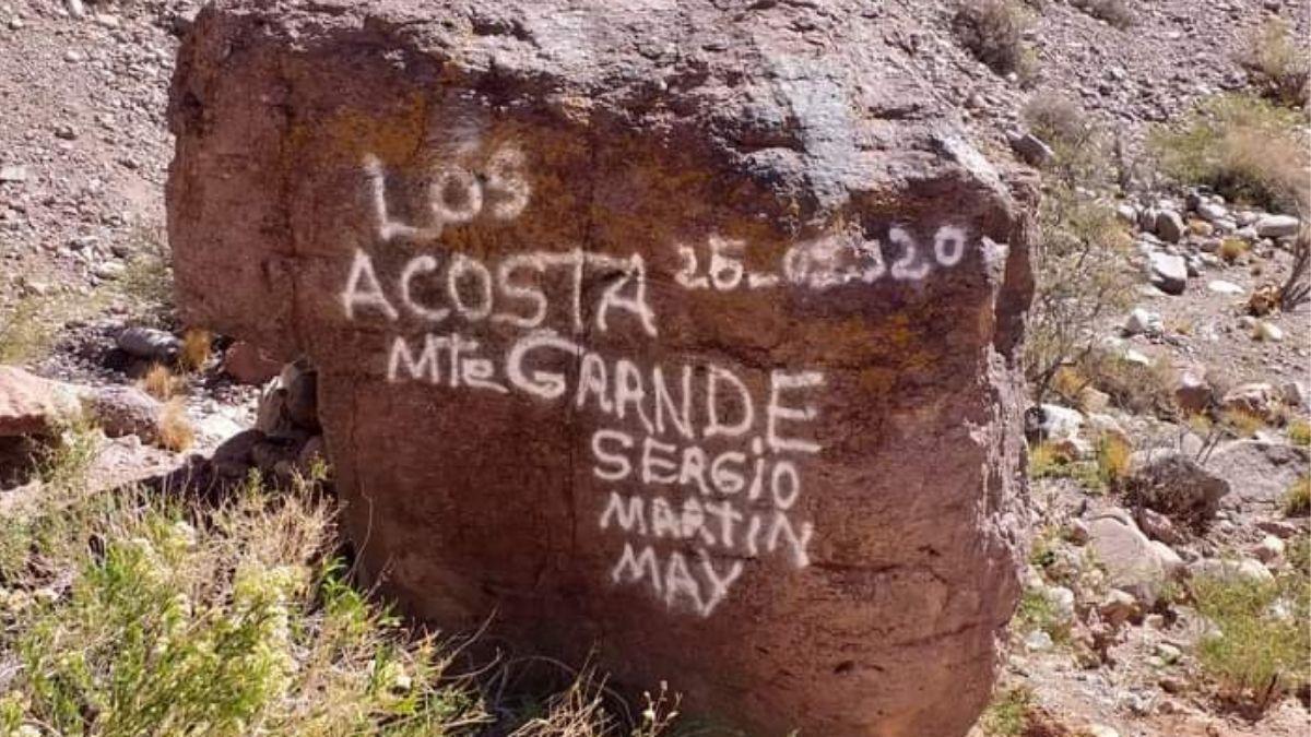 Estas son las pintadas que Los Acosta dejaron en una roca que es parte del patrimonio histórico mendocino