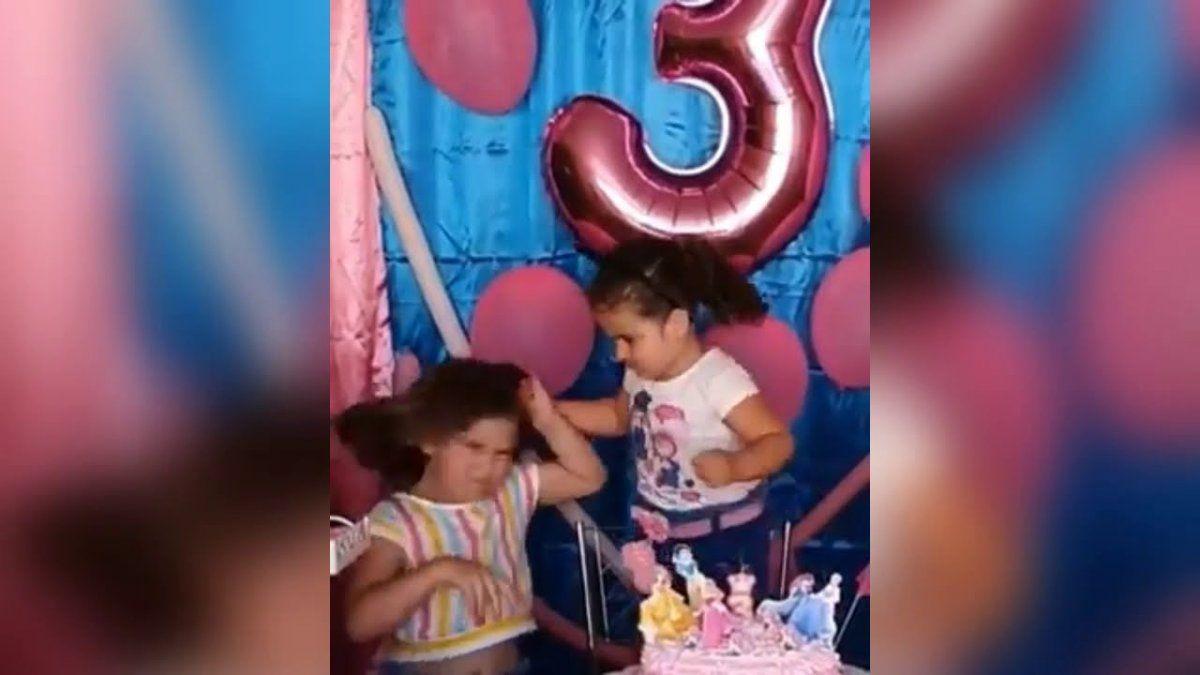 Pelea de hermanas. Un video muestra la rencilla entre hermanas.