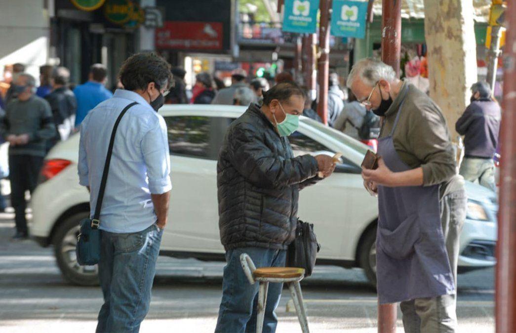 Primer viernes de circulación sin restricciones de DNI en Mendoza. Se vio mucha gente como una día normal antes de la cuarentena. Foto: Martín Pravata / Diario UNO.
