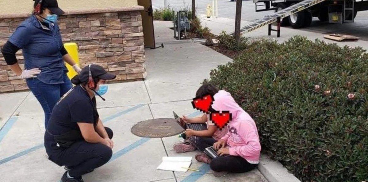 Las 2 pequeñas estaban sentadas en el piso haciendo las tareas aprovechando el wifi del local
