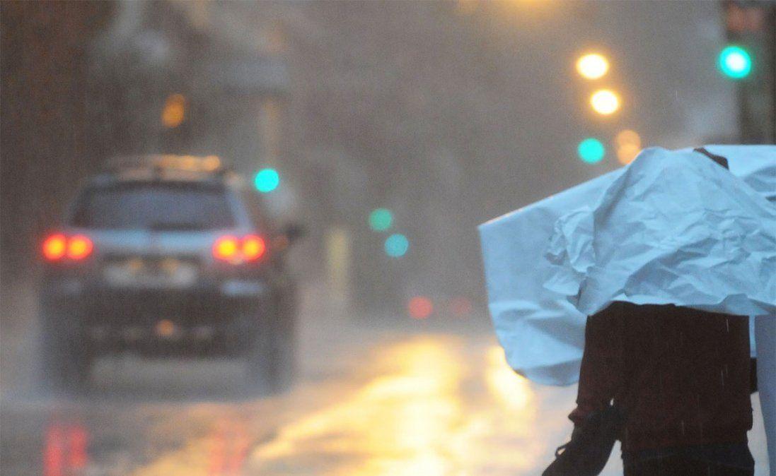 El SMN emitió durante la madrugada del lunes dos alertas por tormentas fuertes en el norte y en el centro del país
