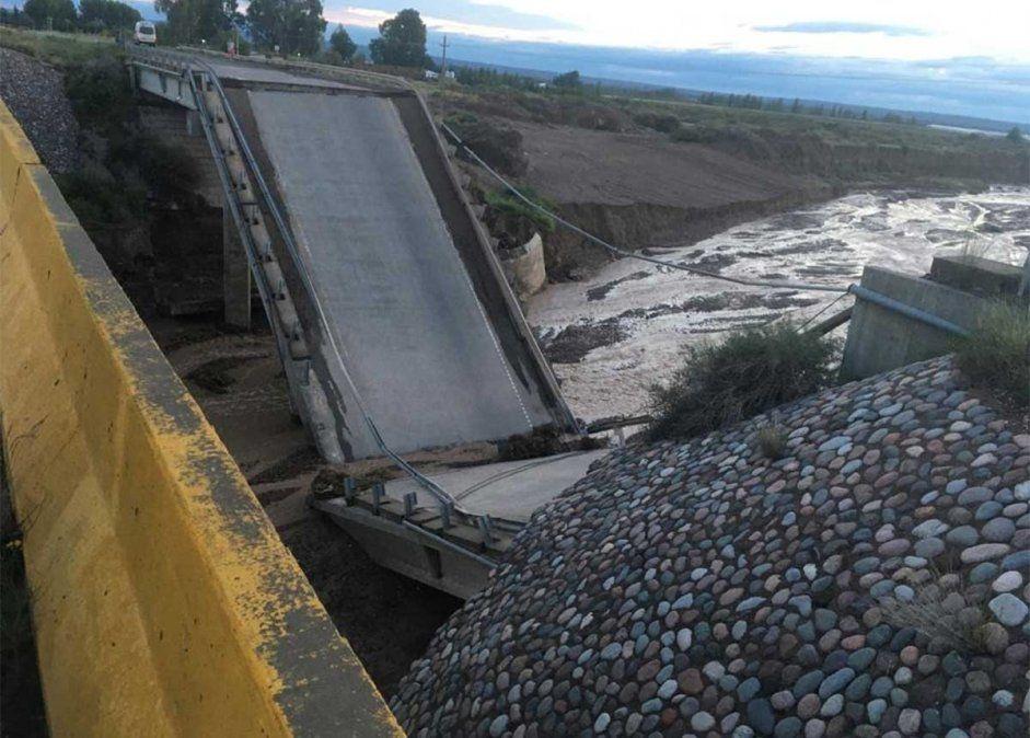 Colapsó un puente de la ruta 40 y el tránsito está cortado.