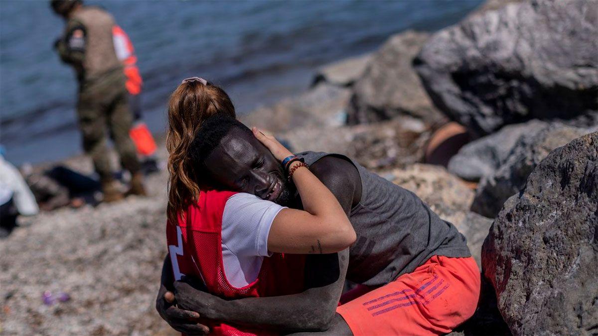 Luna, la joven de Cruz Roja que consoló a un migrante en Ceuta