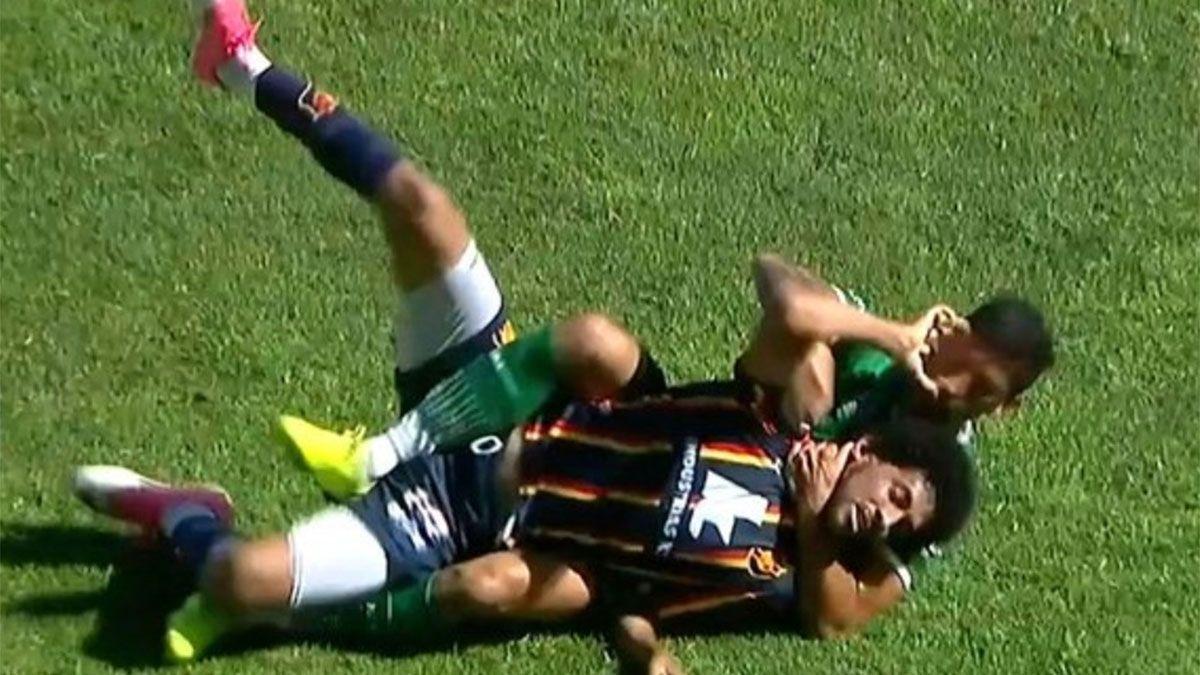 Video: un jugador de Ferro casi ahorcó a otro en un amistoso