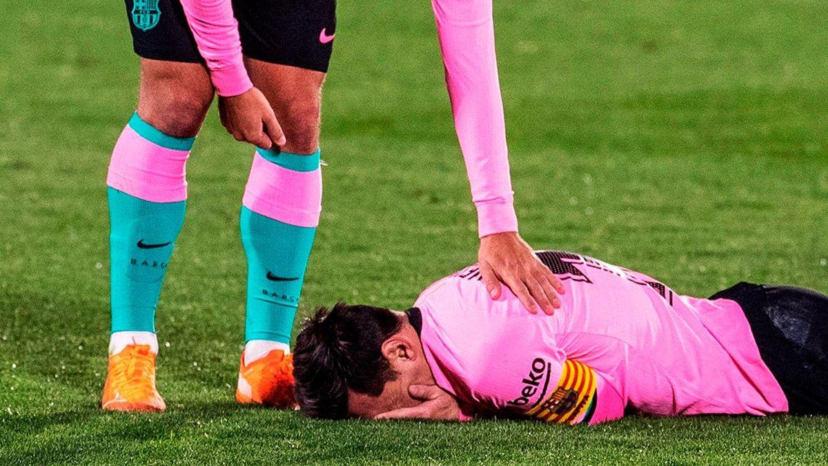 Lionel Messi recibió un terrible codazo y cayó desplomado