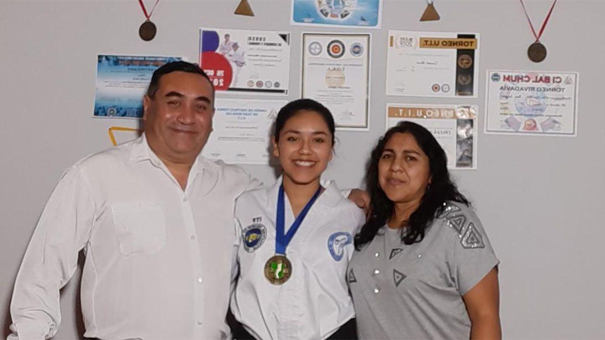 Rocío Cruceño está en la foto con sus padres