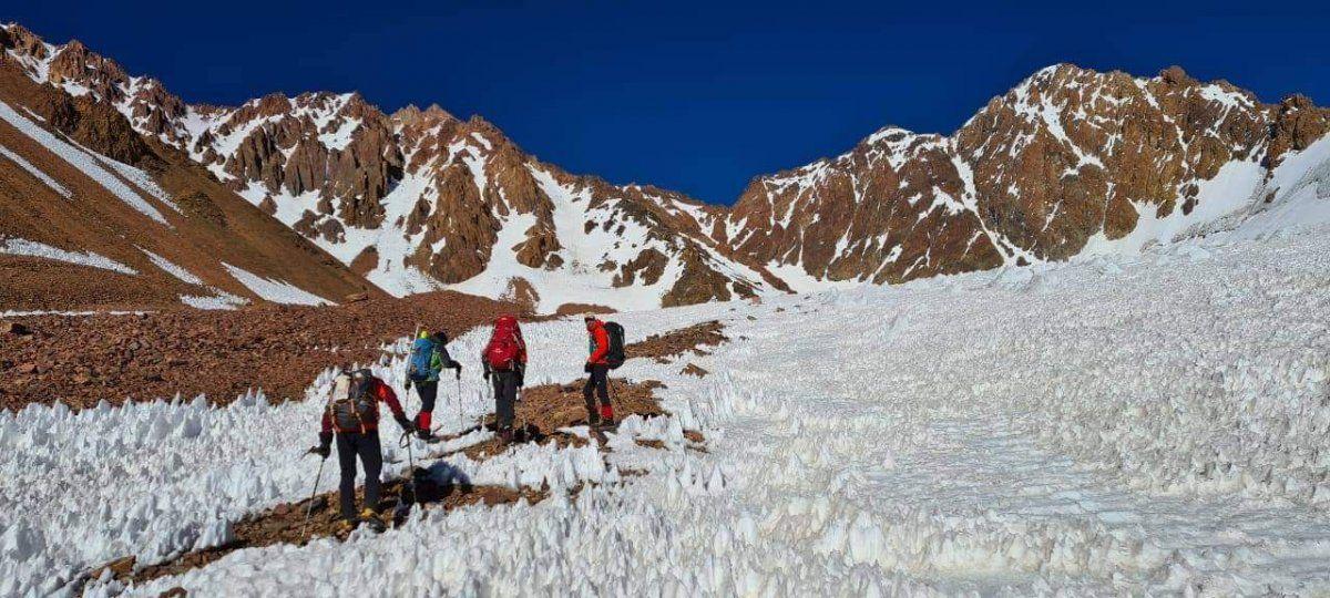 Pleno ascenso por un campo de penitentes que ayudaron a la escalada