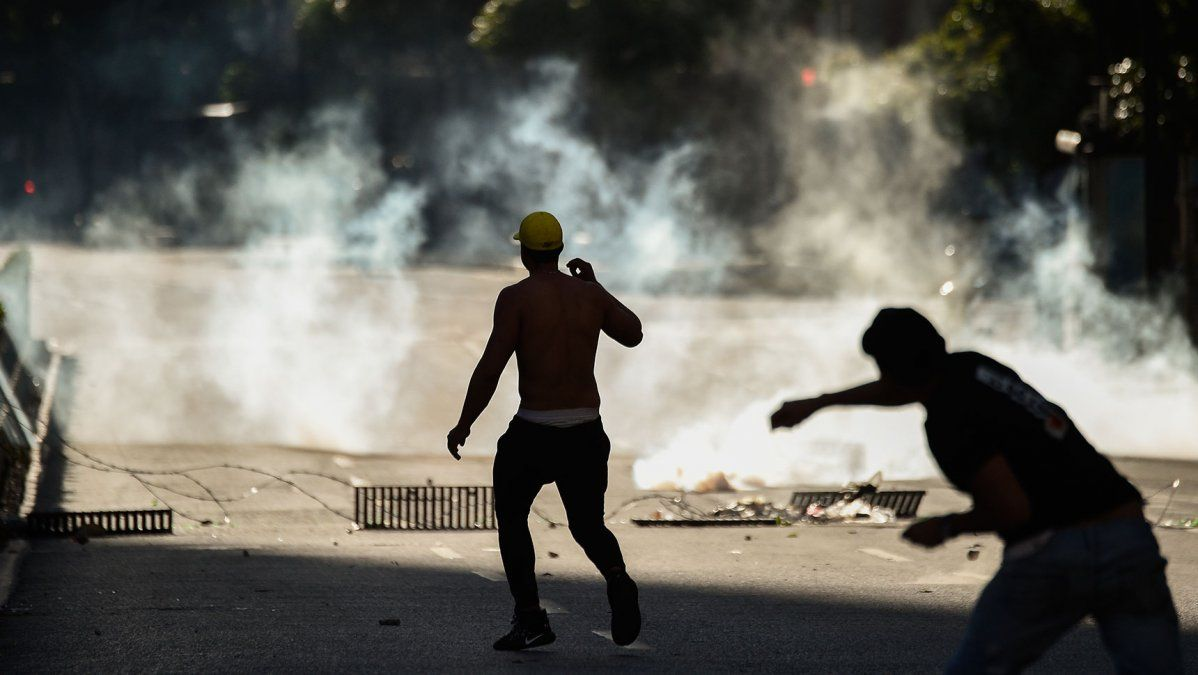 Gases lacrimógenos, piedrazos y deserciones en la frontera entre Venezuela y Colombia