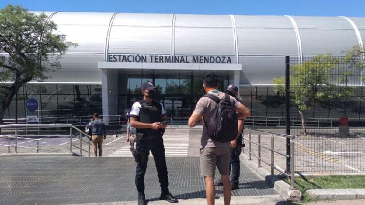 Miles de turistas recorren Mendoza.