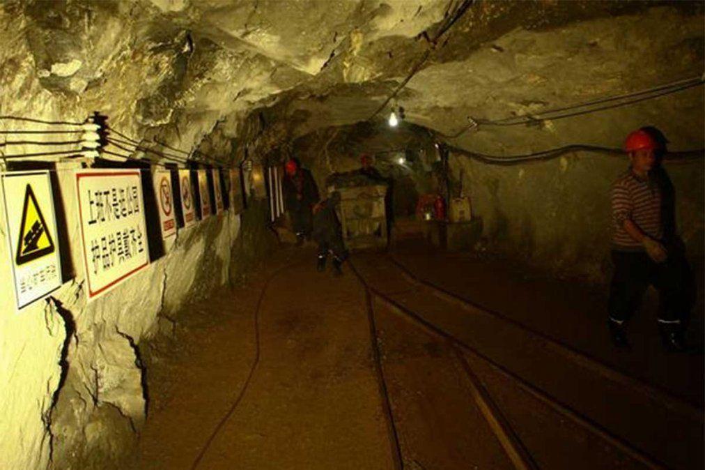 Mineros atrapados bajo tierra desde hace una semana en China tras una explosión lograron enviar un mensaje escrito a mano a los socorristas