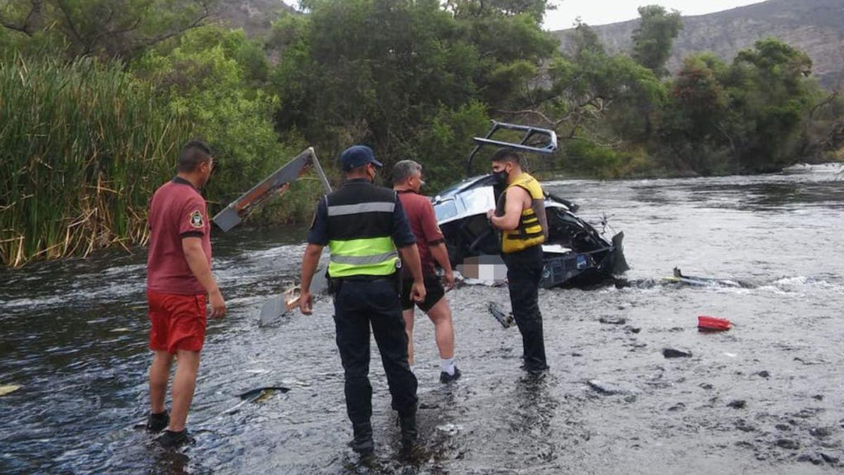 Los restos del helicóptero en que viajaban el banquero Jorge Brito y un piloto profesional.