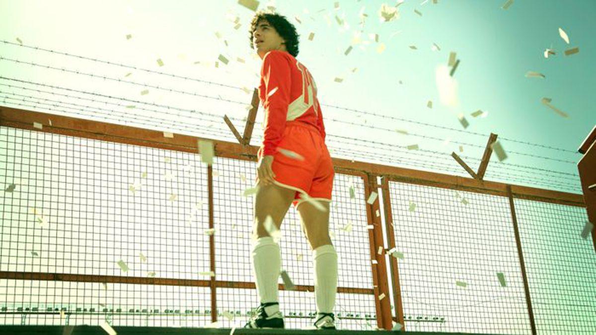 El Diego haciendo su debut en la cancha de Argentinos.
