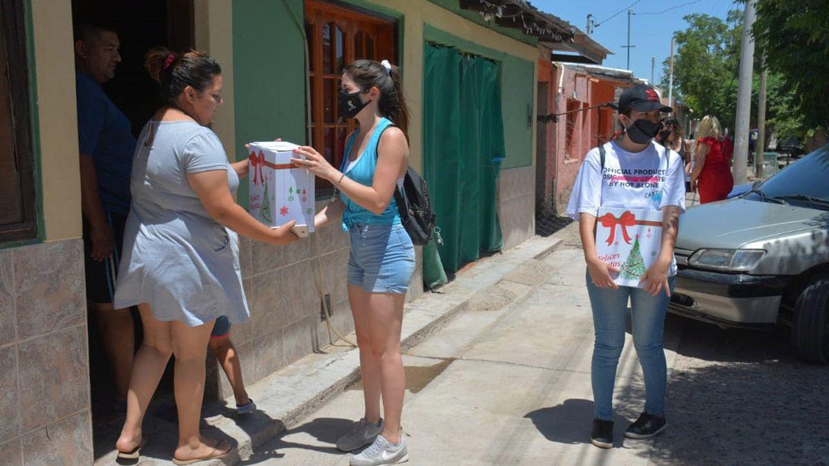 El intendente de La Paz le repartió cajas navideñas