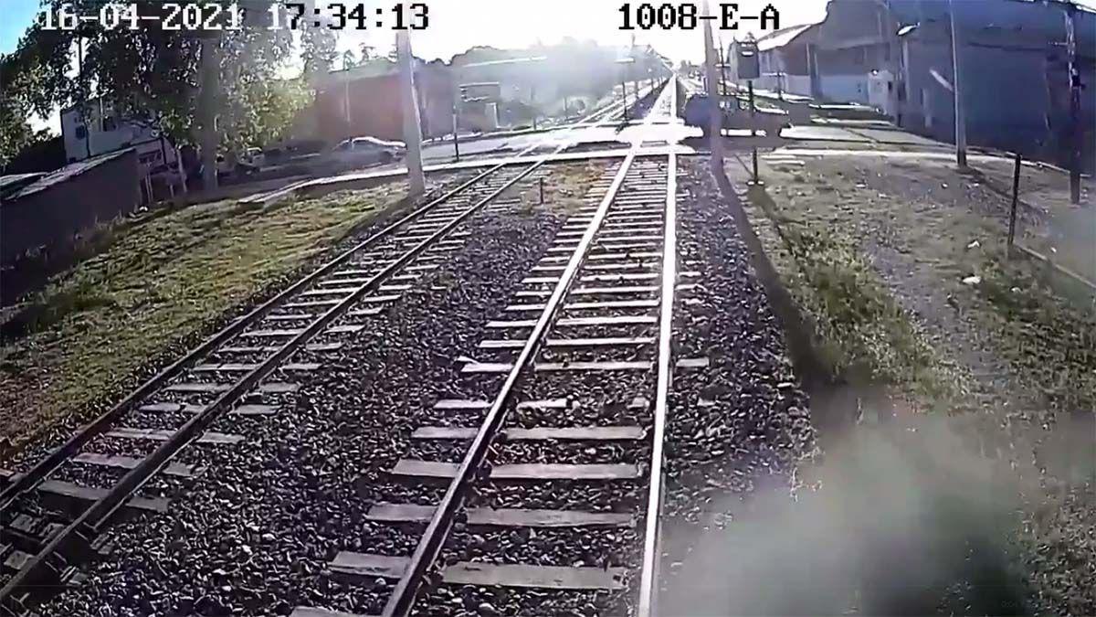 Video: el choque con el metrotranvía que invita a reflexionar