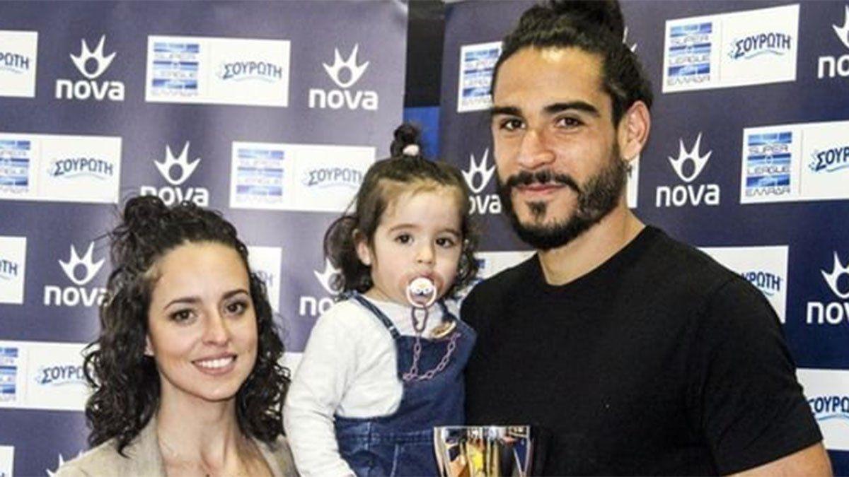 Matías Iglesias posa con su esposa y su hija.