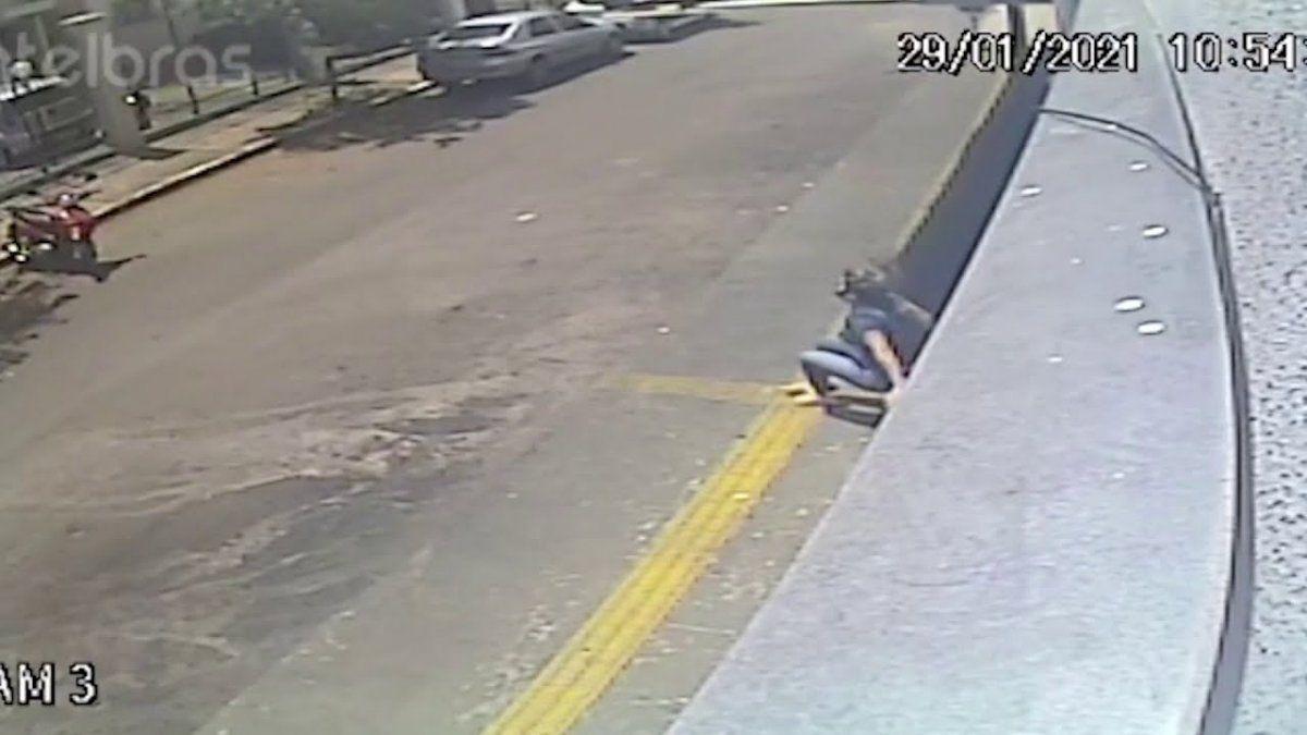 Se salvó de milagro. Una mujer saltó del balcón para escapar de su violador.