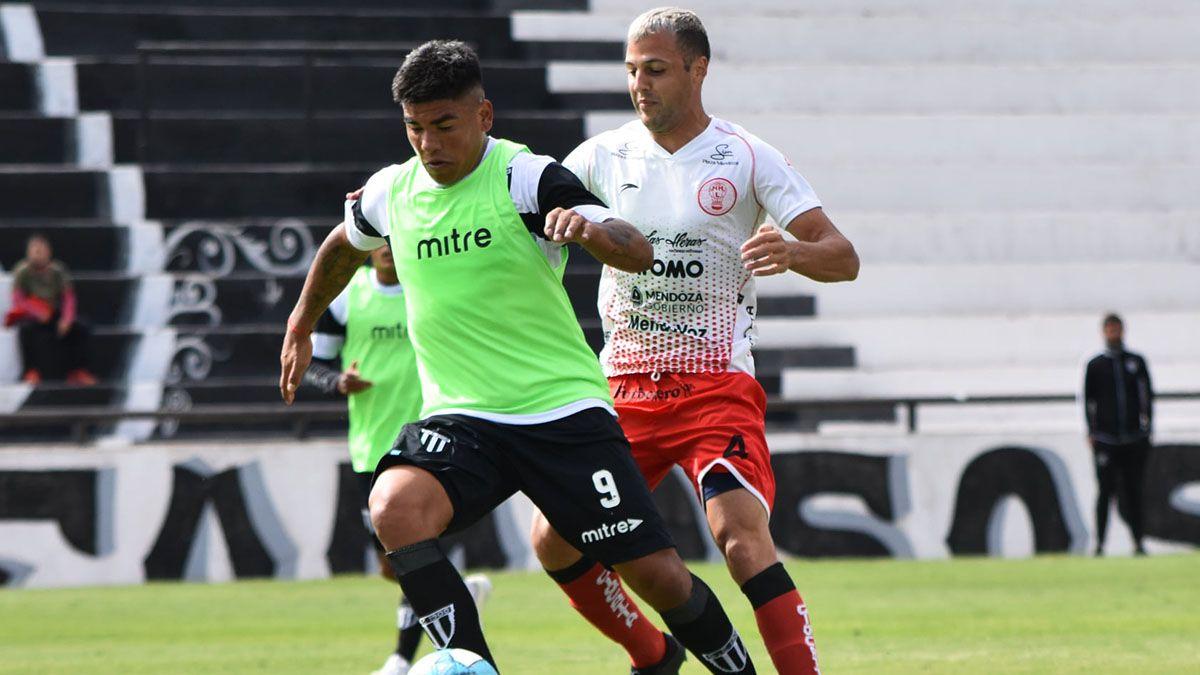El Polaco Facundo Rodríguez está en acción en el amistoso ante Gimnasia. Marca a Ramón Lentini.