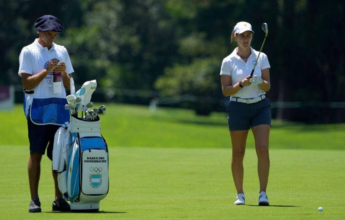 Magdalena Simmermacher quedó retrasada en el golf de los Juegos Olímpicos 2021.
